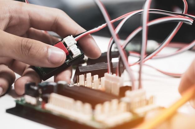 Stem education for learning, quadro eletrônico para programa de robótica eletrônica em laboratório