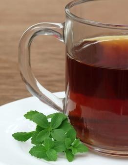 Stevia com xícara de chá na mesa