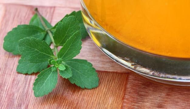 Stevia fresca com suco de perto