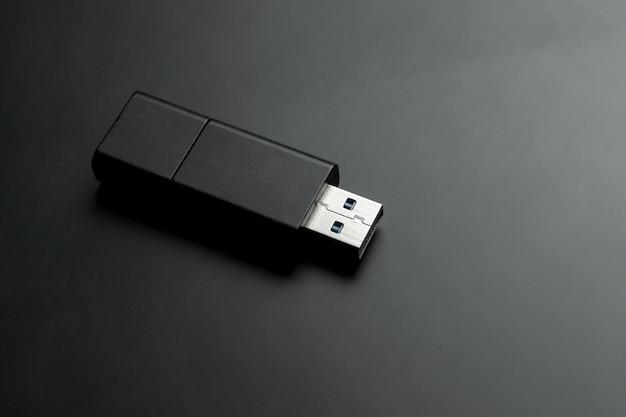 Stick de memória usb na mesa preta fosca
