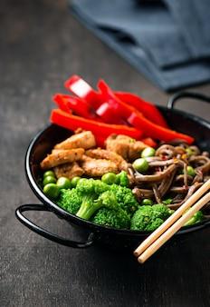 Stir fry soba com carne e legumes