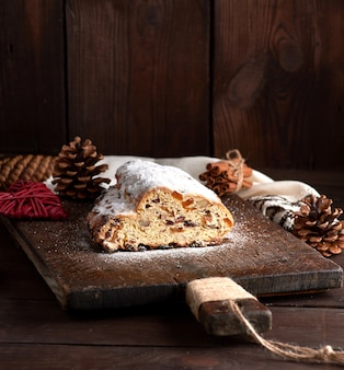 Stollen assou um bolo tradicional europeu com nozes e frutas
