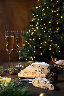 Stollen de natal - pão alemão tradicional no brown.