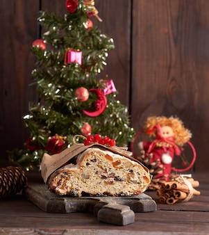 Stollen um bolo tradicional europeu com nozes e frutas cristalizadas