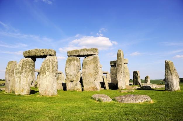 Stonehenge, sob o céu azul, inglaterra, reino unido