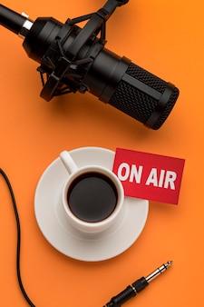 Stream de rádio matinal com café e microfone