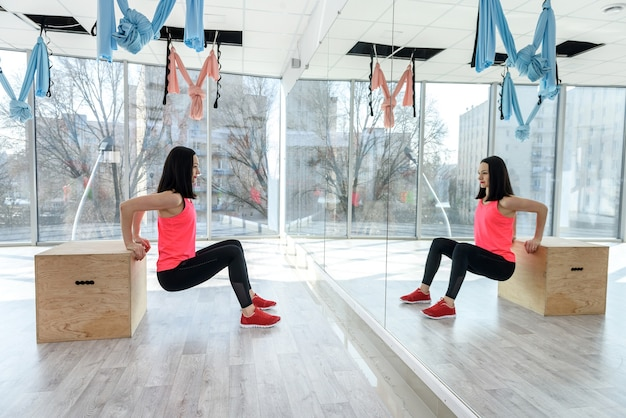 Streching corpo feminino no ginásio. conceito de estilo de vida saudável. esporte para todas as pessoas