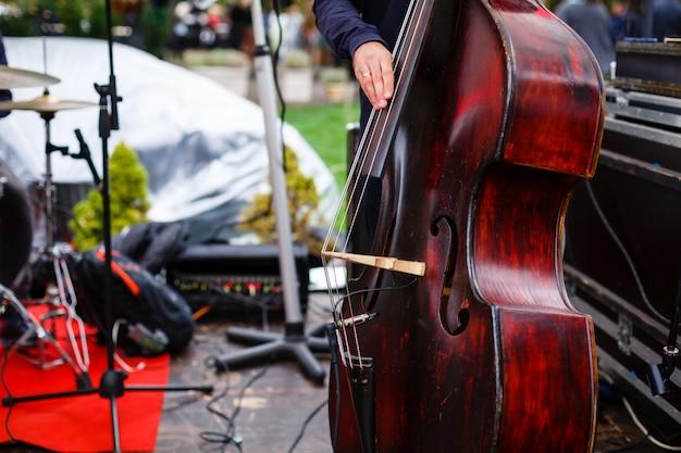 Street busker, apresentando jazz música ao ar livre.