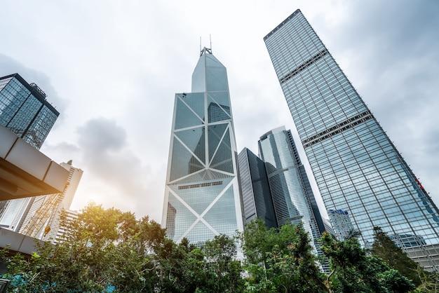 Street view de hong kong e vitrais de arranha-céus