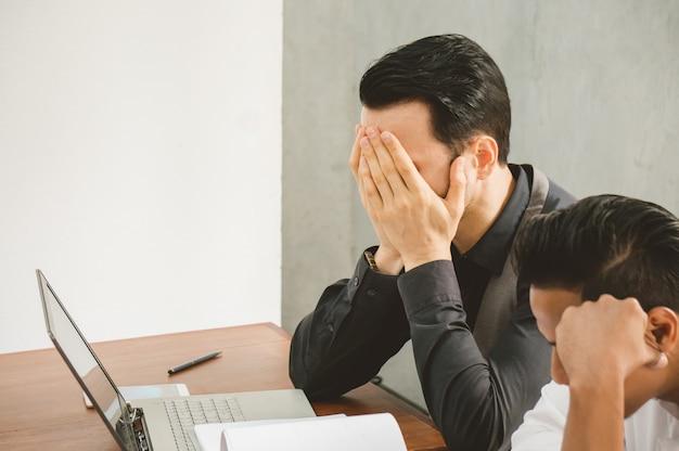 Stress de homem de vendas porque ele não pode conhecer o objetivo deste mês