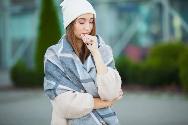 Stress de mulher. linda mulher desesperada triste no casaco de inverno que sofre de depressão