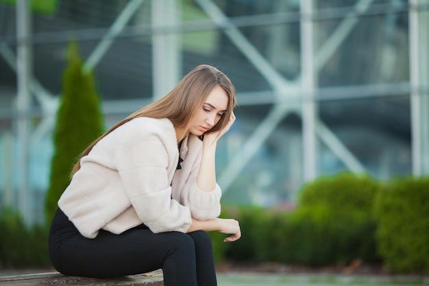 Stress mulher. retrato, de, intimidado, menina, sentimento solitário, e, preocupado