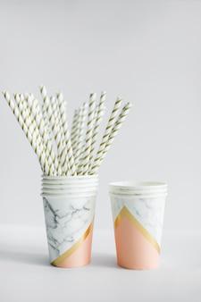 Strews dentro do copo de papel