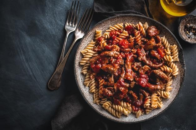 Strogonoff de carne cozida com molho de tomate