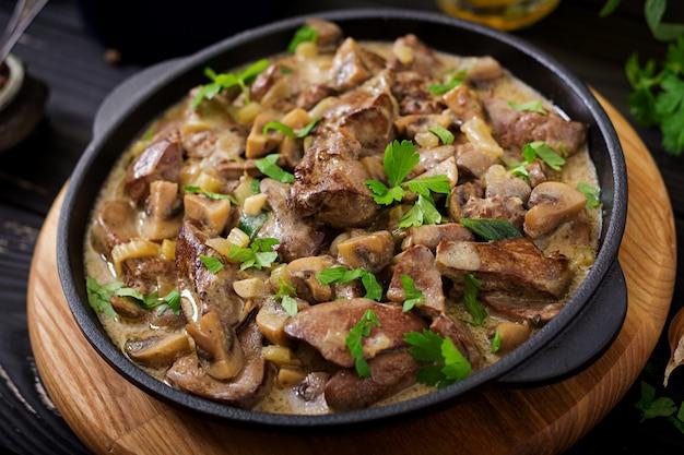 Strogonoff de fígado de galinha com cogumelos e natas