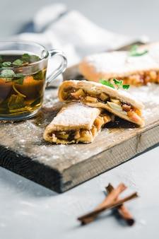 Strudel com pêssego e maçã, chá de canela com hortelã