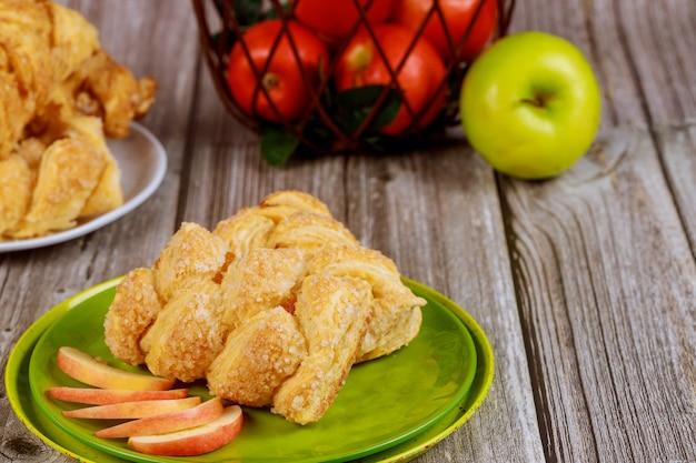 Strudel de maçã com maçãs vermelhas e verdes frescas na mesa