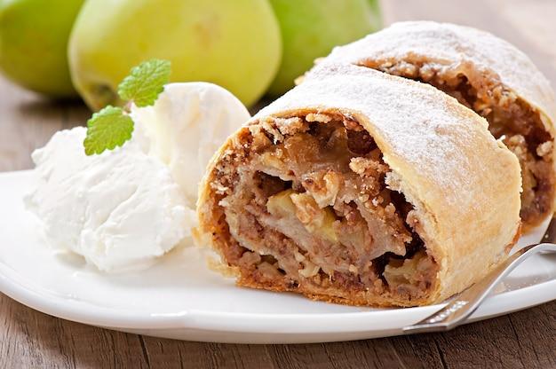 Strudel de maçã com sorvete