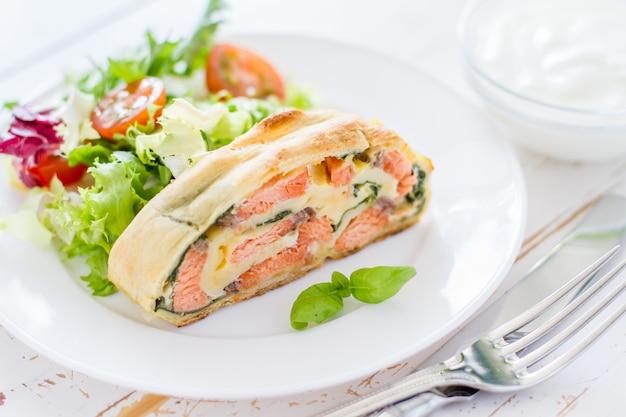 Strudel de salmão e espinafre