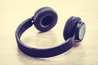 Studio dispositivo eletrônico moderno ouvir
