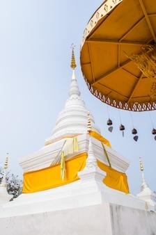 Stupa branco com dourado em camadas