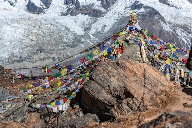 Stupa com bandeiras de oração. acampamento base de annapurna