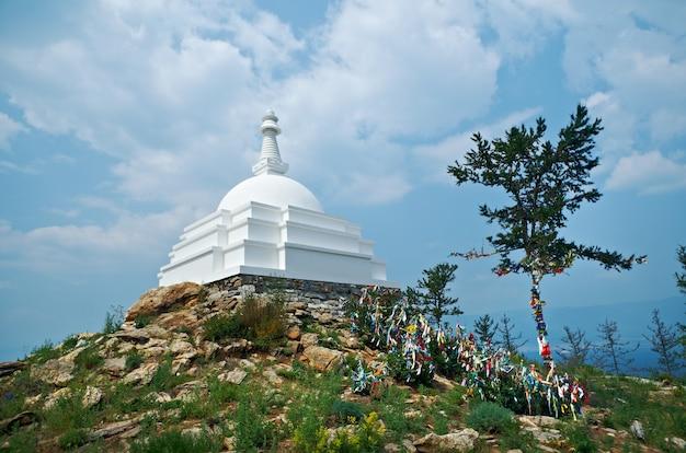 Stupa da iluminação budista. ilha de ogoy - maior ilha no estreito de maloe more do lago baikal.