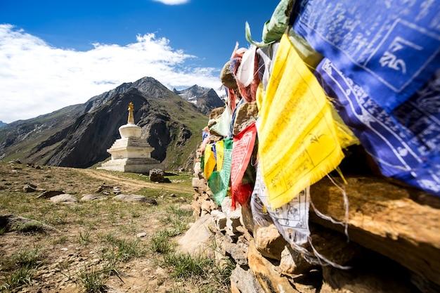 Stupa e bandeira de oração