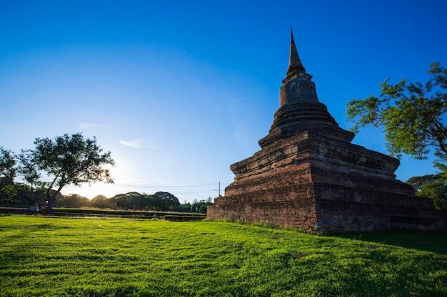 Stupa no templo wat mahathat no parque histórico em sukhothai, céu azul e parque verde