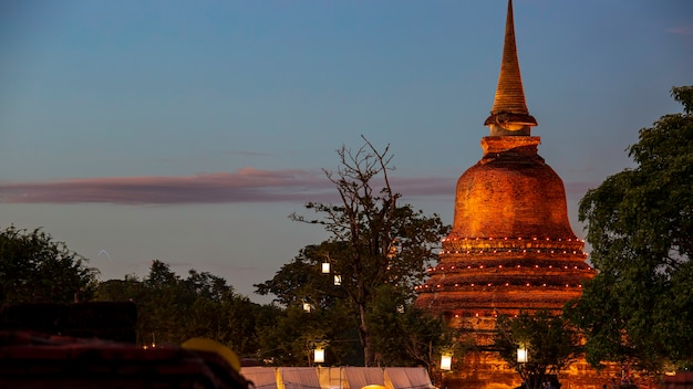 Stupa no templo wat mahathat no parque histórico em sukhothai, pôr do sol