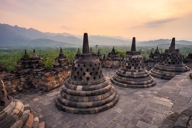 Stupa pequeno em borobudur, templo budista em yogyakarta, indonésia