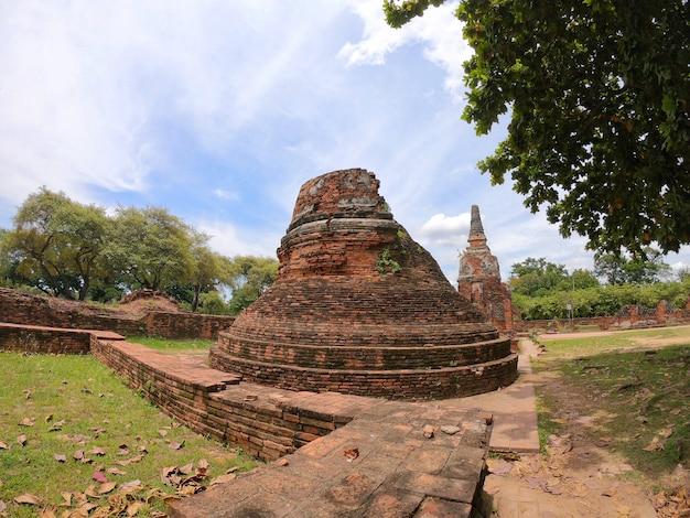 Stupa pequeno em wat phra si sanphet, si de nakhon de phra nakhon, tailândia. templo do budismo.