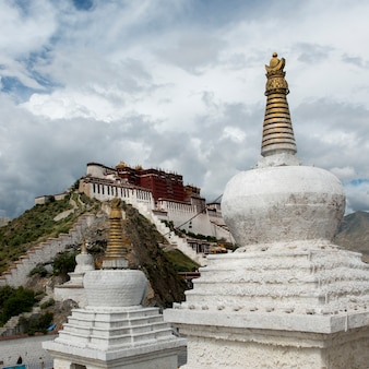 Stupas com palácio de potala em segundo plano, lhasa, tibete, china