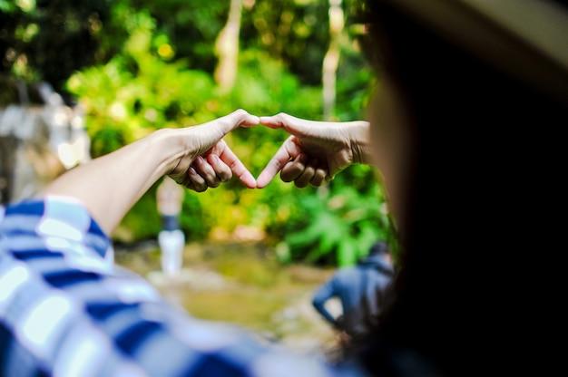 Sua mão e coração deram a ele o amor do seu coração.