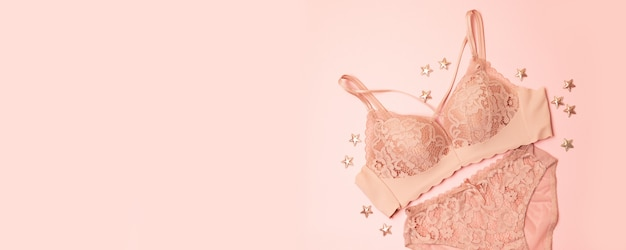 Suavemente, roupa interior de renda rosa com decoração de estrelas em rosa