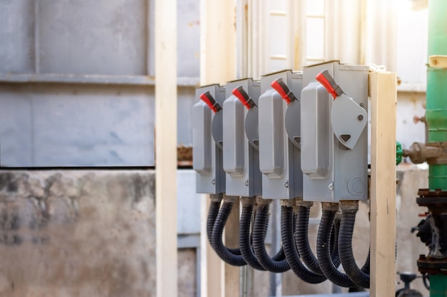 Subestação de gabinete de controle elétrico na fábrica