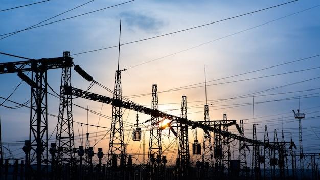 Subestação elétrica de distribuição com linhas de energia e transformadores,