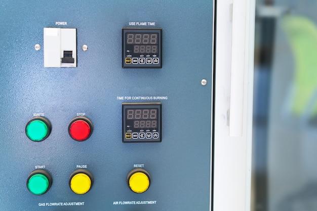 Subestação elétrica do armário de controle em uma fábrica nova.