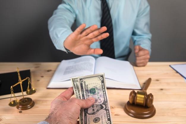 Suborno de um juiz, escalas e martelo