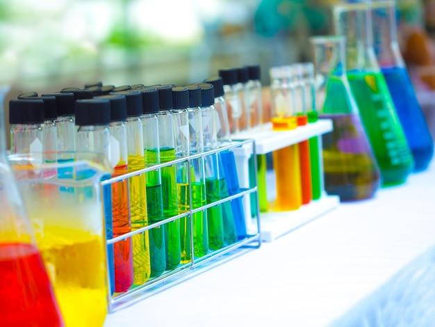 Substância química colorida no tubo de ensaio claro e balão