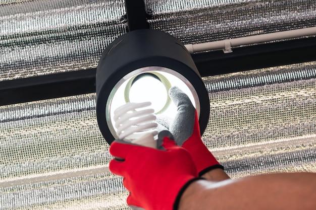 Substitua as lâmpadas fluorescentes quebradas por lâmpadas led.