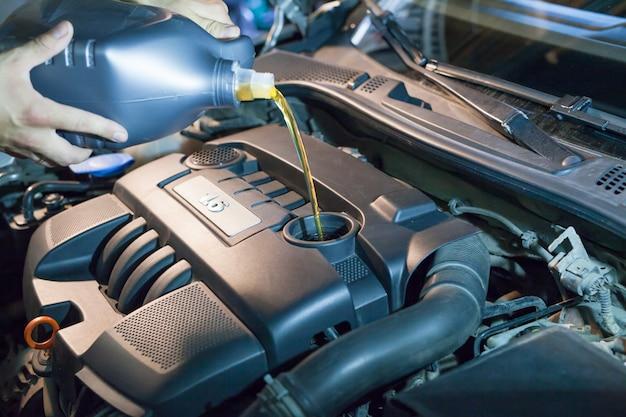 Substituição de óleo de motor em um motor em um centro de serviço de carro