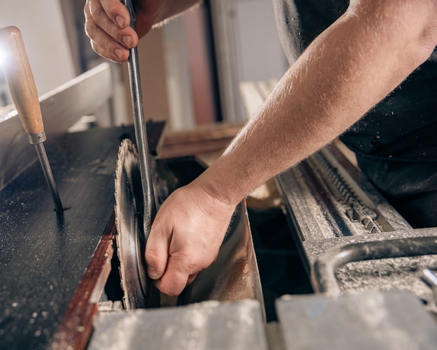 Substituição de uma roda dentada em uma serra circular em uma marcenaria