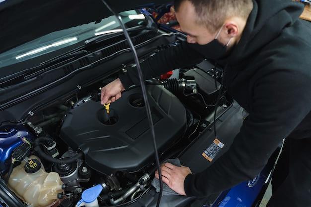 Substituição do filtro de ar sob o capô. completando a arruela para o vidro do carro. verifique o nível de óleo.
