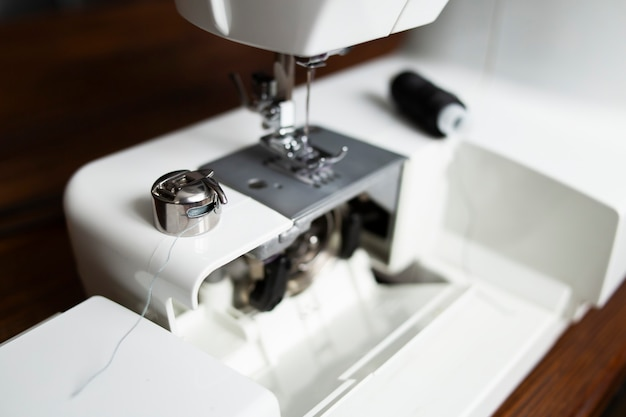 Substituindo o carretel de linha na máquina de costura