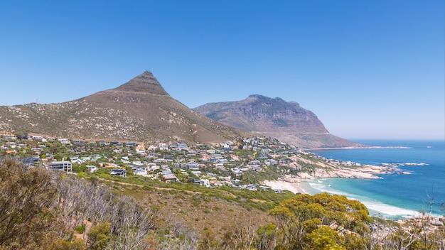 Subúrbio de llandudno e vista da praia na cidade do cabo, áfrica do sul
