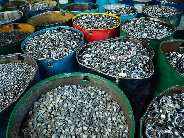 Sucata de alumínio e aço pressionados juntos para fusão e reciclagem.