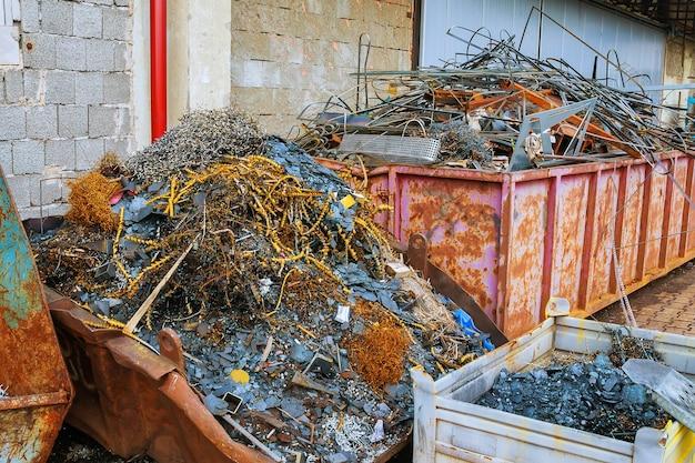 Sucata de metal e sucata de alumínio da produção para processamento. reciclagem de sucata.