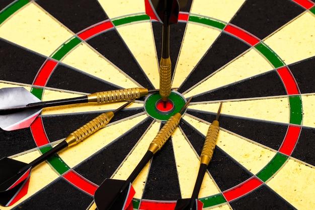 Sucesso ao atingir o objetivo objetivo objetivo objetivo realização conceito - dardos no centro do alvo close up