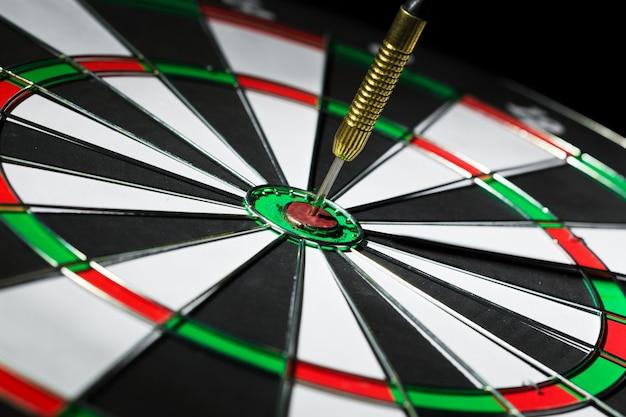 Sucesso atingindo o alvo, conceito de realização de objetivo de objetivo